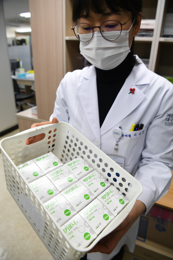 A nurse at a hospital in Daegu holds up a box of CT-P59, Korea's first locally-made Covid-19 treatment from Celltrion, which started to be supplied to medical centers on Wednesday. CT-P59 will be administered to high-risk Covid-19 patients, including those who are over 60 or have preexisiting conditions. [YONHAP]