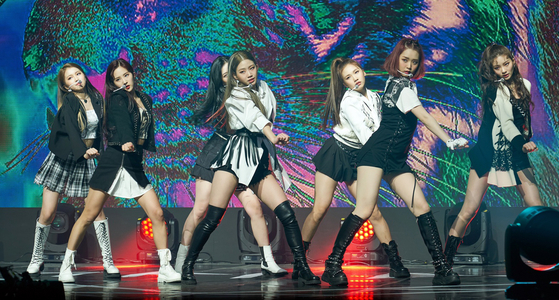 New girl group TRI.BE performing at its online debut showcase on Wednesday. [ILGAN SPORTS]