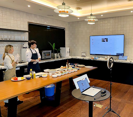 SK Innovation employees hold an online cooking session with new hires. Starting from this year, the company added cooking session into its online training for new employees so they can develop a closer relationship with others when face-to-face meetings are restricted due to the coronavirus pandemic. [SK INNOVATION]
