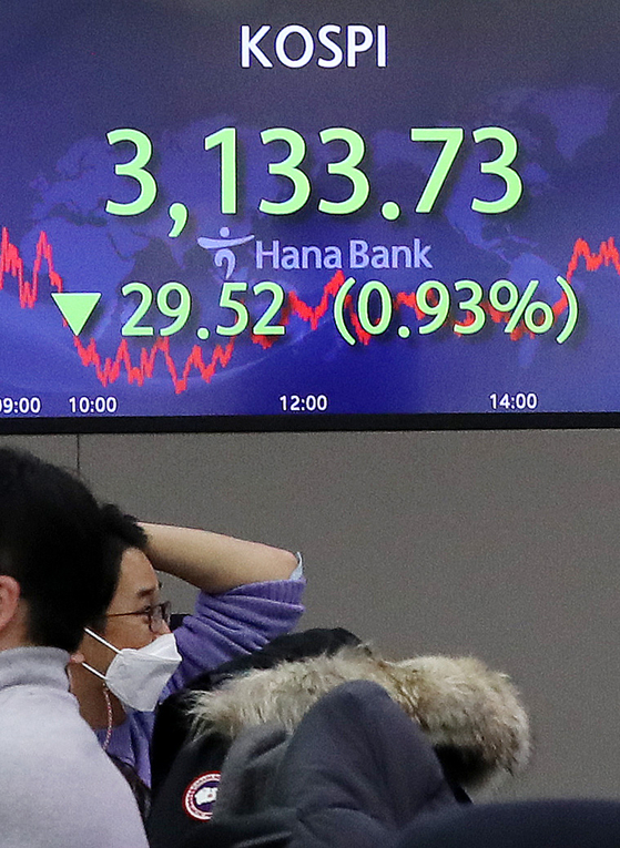A screen in a dealing room in Hana Bank in Jung District, central Seoul, shows the final figure for the Kospi on Wednesday. [NEWS 1]