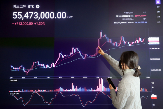 A display at Upbit, a cryptocurrency exchange in Gangnam District, southern Seoul, shows the price of bitcoin surpassing 50 million won ($45,200) on Wednesday for the first time in history. [NEWS1]