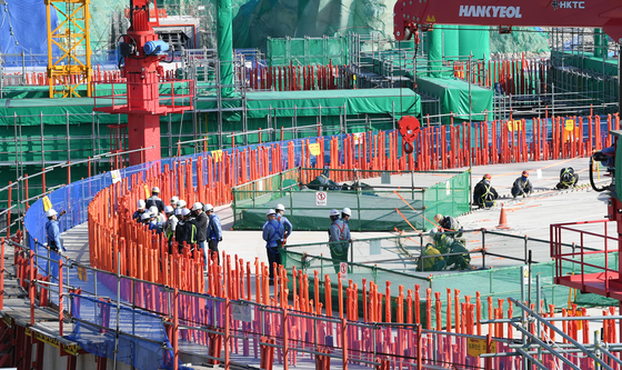 In this file photo, workers of the Nuclear Safety and Security Commission and the Korea Institute of Nuclear Safety conduct a safety inspection at the construction site of Shin Kori 5 and 6 in Ulsan on Oct. 25, 2017. [JOONGANG ILBO]
