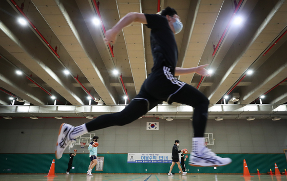 Students practice for college admissions for sports majors at a gym in Yangcheon District, western Seoul, on Dec. 24, 2020. [YONHAP]