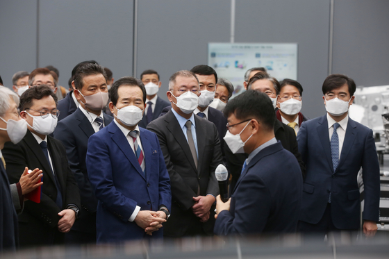 Korean Prime Minister Chung Sye-kyun, fourth from left, and Hyundai Motor Group Chairman Euisun Chung, fifth from left, at the carmaker's Namyang R&D Center in Gyeonggi on Thursday where a memorandum of understanding on electric vehicle battery lease pilot program was signed. [HYUNDAI MOTOR GROUP]