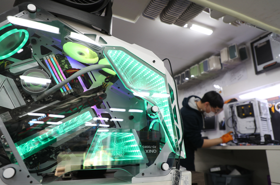 An employee at a computer store in Yongsan, central Seoul, assembles a computer on Thursday. According to International Data Corporation Korea, sales of desktop computers in Korea rose 15.7 percent last year to reach 5.26 million, the first time in seven years the figure surpassed 5 million. [YONHAP]