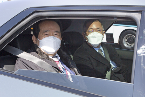 Korean Prime Minister Chung Sye-kyun, left, and Hyundai Motor Group Chairman Euisun Chung pose for photo inside the yet-to-be-launched Ioniq 5 at the carmaker's Namyang R&D Center in Gyeonggi on Thursday. [HYUNDAI MOTOR GROUP]