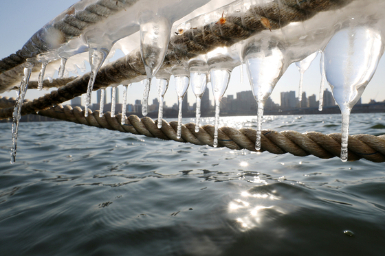 Icicles hang from a rope on a wharf in the Han River in Seoul Thursday as the recent cold spell prevails. The Korea Meteorological Administration forecast that temperatures will rise starting Friday. [NEWS1]