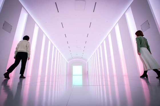 The hallway at Paradise Hotel and Resort in Incheon where singers Park Jin-young and Rain filmed scenes for their music video ″Switch to Me.″ [JANG JIN-YOUNG]