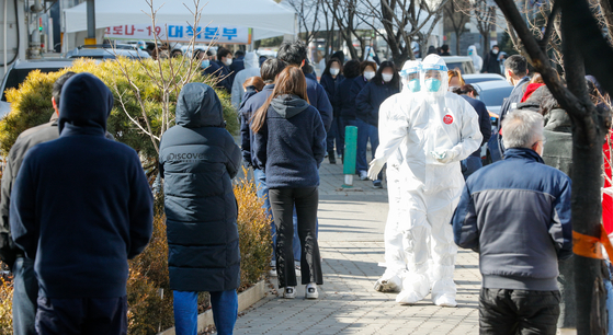 Quarantine officials run a Covid-19 testing center at the Jingwan General Industrial Complex in Namyangju, Gyeonggi, Wednesday after a cluster of 115 people emerged from a plastic factory there. The industrial complex is home to 59 companies with over 1,200 workers. [NEWS1]