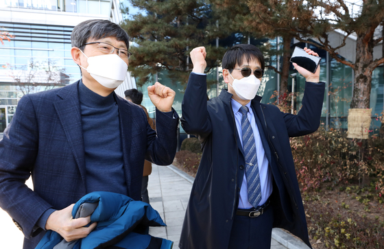 Kim Jae-yun, principle of Sehwa High School, left, and Goh Jin-yeong, principle of Pai Chai High School, express their joy after winning the lawsuit against the Seoul Metropolitan Education Office to keep the schools' statuses as autonomous high schools. [NEWS1]