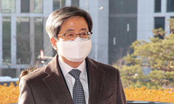 Supreme Court Chief Justice Kim Myeong-su enters the court in Seocho District of southern Seoul on Friday. [YONHAP]