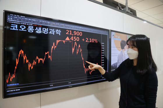 Kolon Life Science stock price fluctuated Friday on two court rulings related to the company's controversial gene therapy drug, Invossa. Kolon Life Science closed at 21,900 won on the same day, up 2.1 percent up from Thursday. [YONHAP]