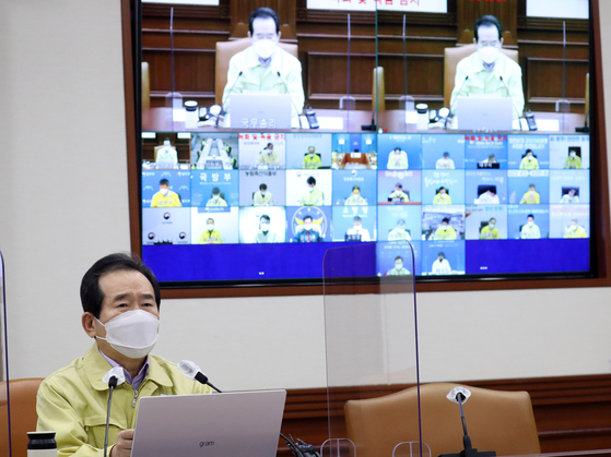 Prime Minister Chung Sye-kyun announces Sunday that 117,000 doses of the Pfizer vaccine will arrive next Friday and that vaccinations of frontline Covid-19 medical workers will begin the following day during a coronavirus response meeting at the central government complex in central Seoul. [NEW1]