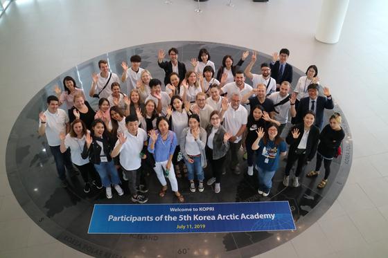 Participants of the Korea Arctic Academy visit Korea Polar Research Institute in 2019. [KOREA MARITIME INSTITUTE]