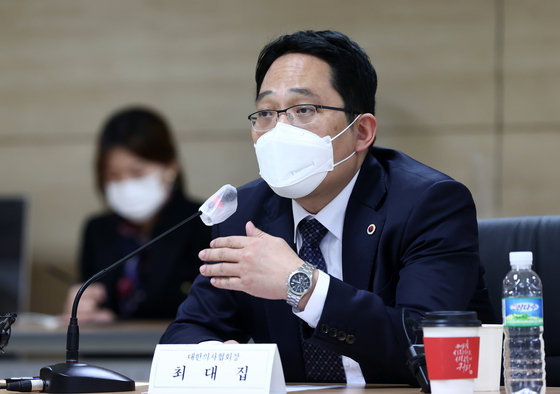 Korean Medical Association Choi Dae-zip speaks at a Covid-19 vaccination meeting at the Korea Health Promotion Institute in central Seoul Sunday as doctors protest a bill making it easier to revoke medical licenses. [YONHAP]