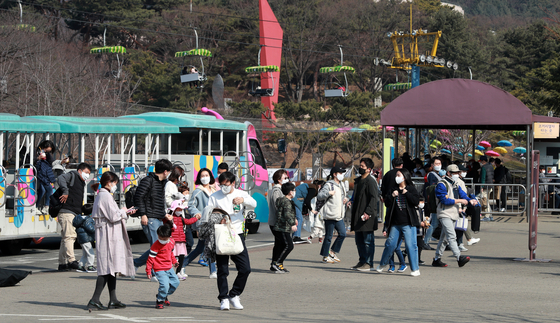 People flock to Seoul Grand Park, an amusement park and zoo in Gwacheon, Gyeonggi on Sunday, as temperatures hover over 15 degrees Celsius (59 degrees Fahrenheit), unusually high for February. [NEWS1]
