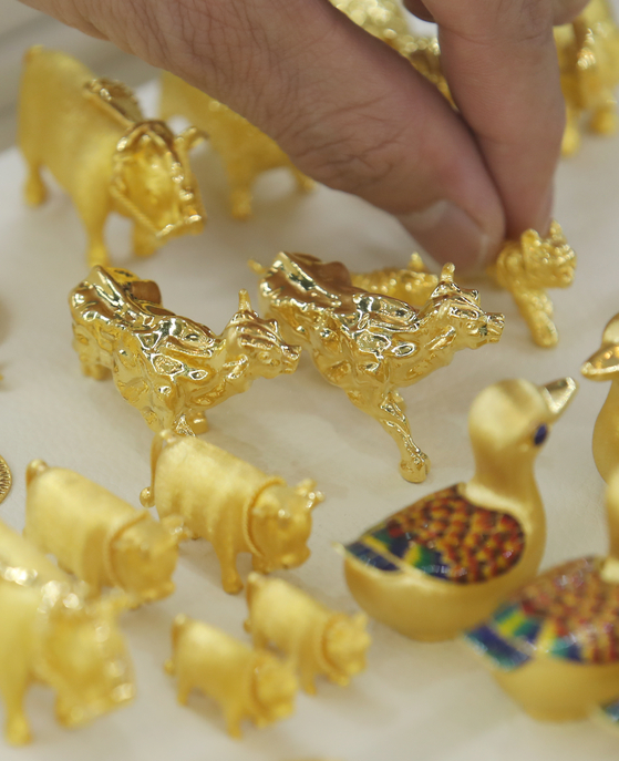Gold products are displayed at Korea Gold Exchange in central Seoul. Gold prices have been falling for five trading days in a row. As of Feb. 18, gold price closed at 63,900 won ($58) per 1 gram (0.04 ounce), down 0.48 percent compared to the previous trading day, according to data from the Korea Exchange gold market. Prices of bitcoin, a cryptocurrency emerging as an alternative to gold, on the other hand, has been soaring recently. [YONHAP]