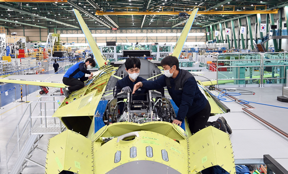 Korea Aerospace Industries (KAI) engineers assemble a prototype of the KF-X jet in a photograph from KAI released in January. [YONHAP]