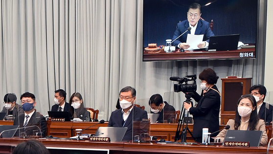 Senior Presidential Secretary for Civil Affairs Shin Hyun-soo, center, attends the cabinet meeting at the Blue House on Tuesday.  [YONHAP]
