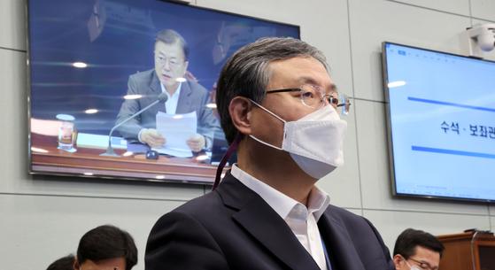 Senior Presidential Secretary for Civil Affairs Shin Hyun-soo listens to President Moon Jae-in's remarks during the senior secretariat meeting at the Blue House on Monday. [YONHAP]