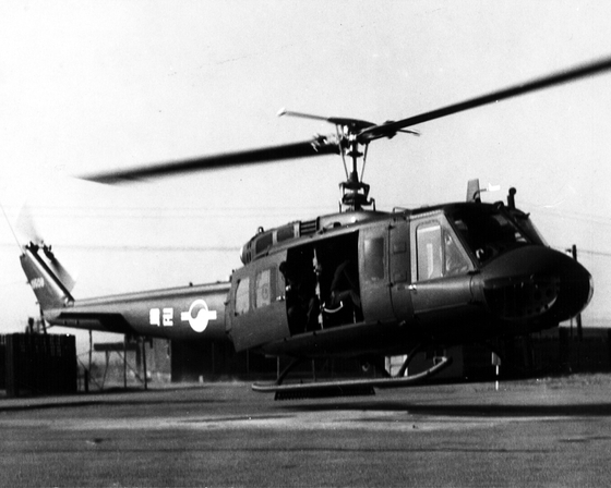 UH-1H helicopters first introduced to the Korean Army in 1968. The Navy still uses these choppers for training. The TH-X project is aimed at retiring such aircraft used by the Army and Navy and replacing them with newer models. [JOONGANG PHOTO]