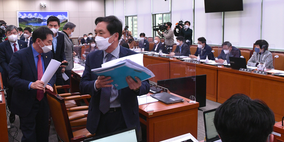 Opposition People Power Party (PPP) lawmakers leave a committee meeting Monday to protest the ruling Democratic Party's ratification of key ILO conventions in the National Assembly's Foreign Affairs and Unification Committee. [YONHAP]