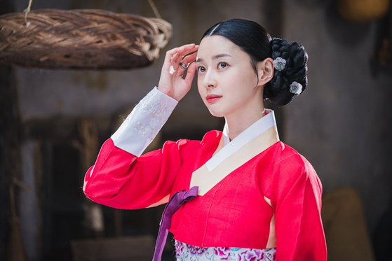 Actor Kwon Na-ra portays Hong Da-in in the KBS historical comedy series ″Royal Secret Agent″ a former damo, or servant who served tea in governmental offices in Joseon Dynasty (1392-1910) and took on multiple identities to oust ongoing corruption among governmental officials.[KBS]