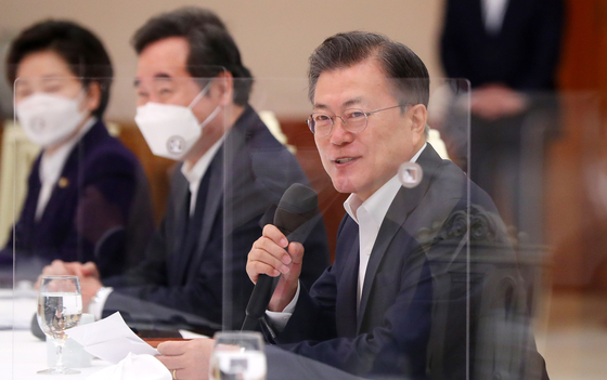 President Moon Jae-in, right, gives an opening remark during the luncheon meeting at the Blue House with the leadership members of the ruling Democratic Party on Friday. [YONHAP]