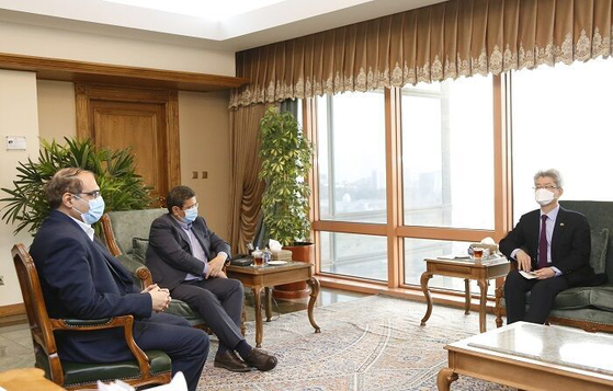 Korean Ambassador to Iran Ryu Jeong-hyun, right, in a meeting with Abdolnaser Hemmati, governor of the Central Bank of Iran, in the Korean Embassy in Tehran on Monday. [IRANIAN GOVERNMENT]