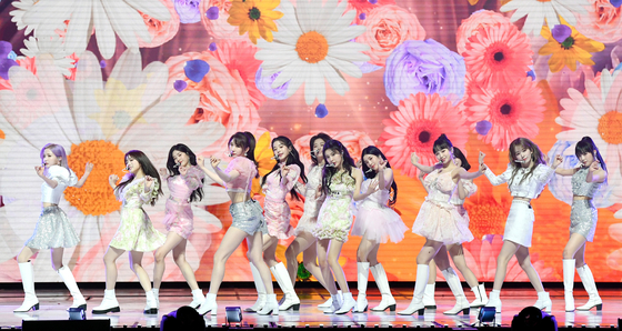 Girl group IZ*ONE will stage a virtual concert next month and reveal new songs. [ILGAN SPORTS]