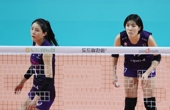 Lee Jae-young, right, and Lee Da-young, left, star volleyball players of the Heunguk Life Insurance Pink Spiders, during a game in October last year. [YONHAP]