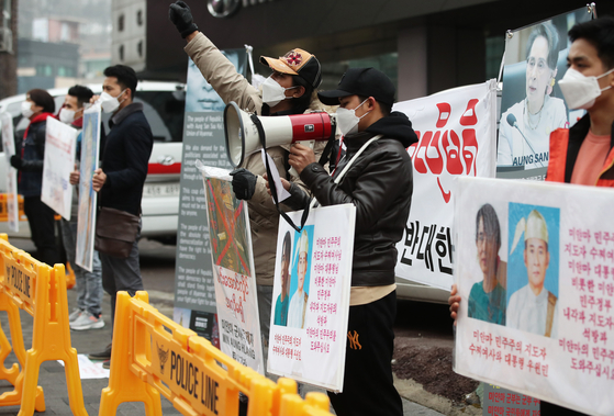 A group of Burmese people in Korea stage a rally Sunday in front of the Myanmar Embassy in eastern Seoul to protest the military coup in their homeland. [NEWS1]