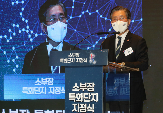 Minister of Trade, Industry and Energy Sung Yun-mo makes a key note speech at an event announcing the five industrial clusters for parts and material at the Four Seasons Hotel in Seoul on Tuesday. [YONHAP]