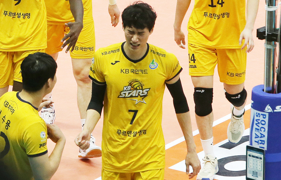 Park Jin-woo leaves the court during a game against Ansan OK Financial Group Okman on Sunday. He tested positive for the coronavirus the following day. [YONHAP]