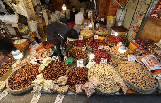 Nuts are sold at a market in Dongdaemun District, eastern Seoul, on Wednesday, ahead of Jeongwol Daeboreum, a traditional holiday celebrating the first full moon of the Lunar New Year, falls on Feb. 26 this year. [YONHAP]