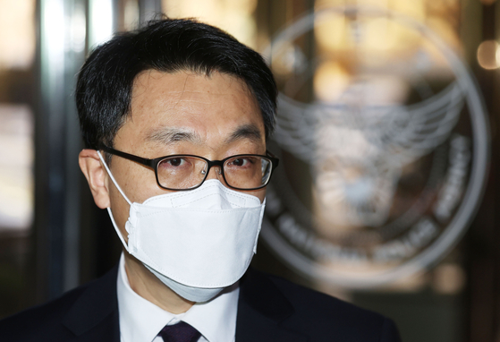 Kim Jin-wook, head of the Corruption Investigation Office for High-ranking Officials, enters the National Police Agency in Seoul to meet with Police Commissioner General Kim Chang-yong on Tuesday. [NEWS1]