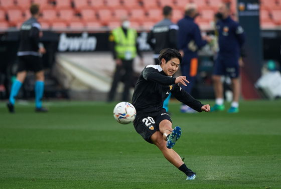Lee Kang-in of Valencia warms up before a La Liga match against Celta Vigo in Valencia, Spain, on Feb. 20. [YONHAP]