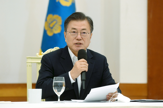 President Moon Jae-in makes a proposal to hand out money to comfort the people amid Covid-19 woes. [JOINT PRESS CORPS]