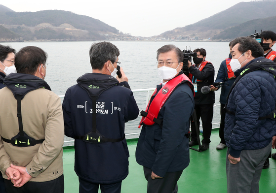 President Moon Jae-in, second from right, listens to a presentation by Acting Busan Mayor Lee Byung-jin about a plan to build a new airport on Gadeok Island on Thursday. [YONHAP]