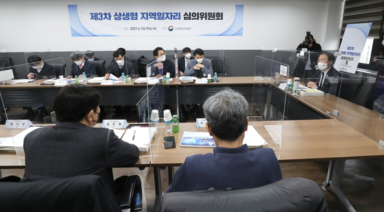 Minister of Trade, Industry and Energy Sung Yun-mo, right, presides over a meeting Thursday that named Gunsan in North Jeolla and Busan as the latest co-partnership projects between local governments, labor unions and private companies at the government complex in Seoul. [YONHAP]