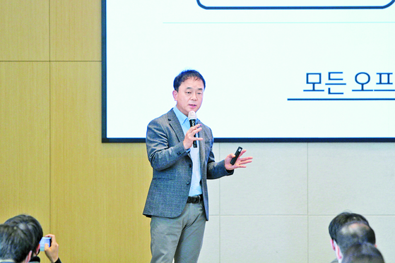 Cho Young-je, who served as head of the e-commerce business unit of Lotte Shopping, resigned from the position to take the responsibility for the poor performance of Lotte's e-commerce platform Lotte On. [LOTTE SHOPPING]