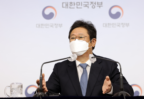 Hwang Hee, newly appointed minister of Culture, Sports and Tourism speaks to local press on Thursday in central Seoul. [YONHAP]