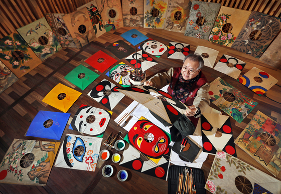 Rhee Ki-tai, the last person to make bangpae kites, or fighter kites, using the Joseon-era technique, demonstrates the traditional kite-making method at the culture and art venue Yesultong in Jung District, central Seoul. [PARK SANG-MOON]