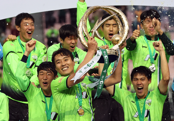 Jeonbuk Hyundai Motors' players pose with the K League 1 trophy after topping the table in 2020. [YONHAP]
