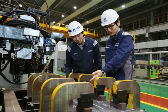 Hyundai Steel employees inspect 9-percent nickel thick plate. [HYUNDAI STEEL]