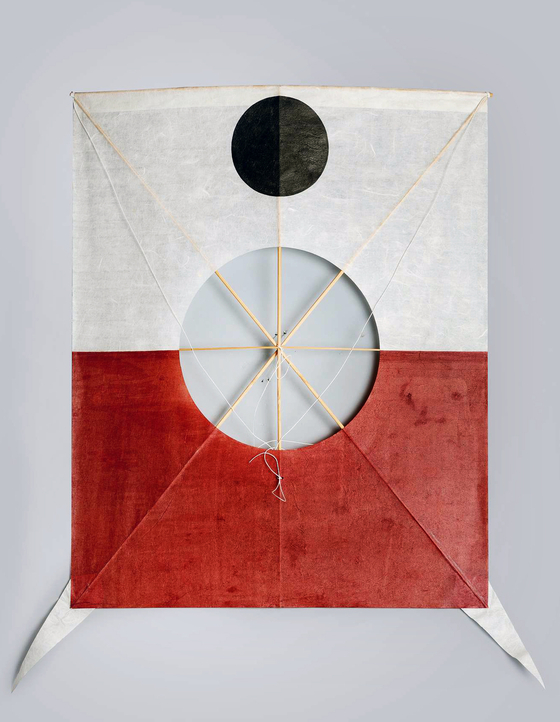 """Rhee's restoration of """"Seoul Kite,"""" flown by Seoul (then Hanseong) residents during the late Joseon Dynasty. [PARK SANG-MOON]"""
