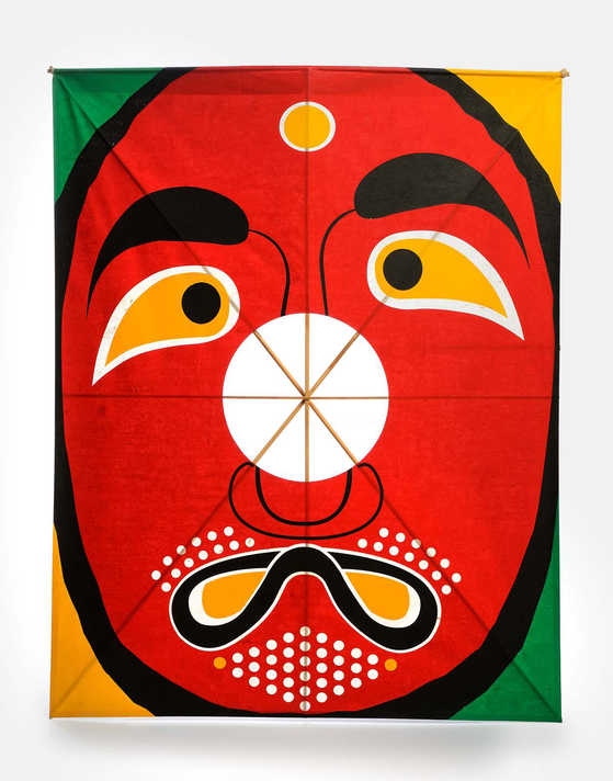 """Rhee's """"Urong Kite,"""" or """"mocking kite,"""" shows a face inspired by a traditional mask. The kite has been part of the permanent collection at the Museum of Islamic Art in Doha, Qatar since 2014. [PARK SANG-MOON]"""