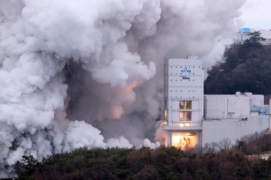 Space launch vehicle Nuri's first-stage engines undergo a combustion test at the Naro Space Center in Goheung, South Jeolla, Thursday. According to the Ministry of Science and ICT, the Korea Aerospace Research Institute, which leads the project's development, ran the 100-second combustion test for first-stage engines, consisting of four 75-ton liquid engines, to check their durability before the locally built launch vehicle's launch set for October. This was the second round of tests. The institute plans to conduct a final 130-second run next month that will wrap up development of the first stage of the launch vehicle. [YONHAP]