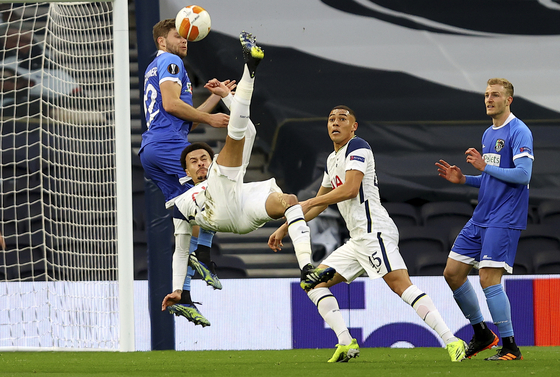 Tottenham Hotspur's Dele Alli scores a spectacular overhead kick for the opening goal in Spurs 4-0 victory over Wolfsberger at Tottenham Hotspur Stadium in London on Wednesday. [AP/YONHAP]