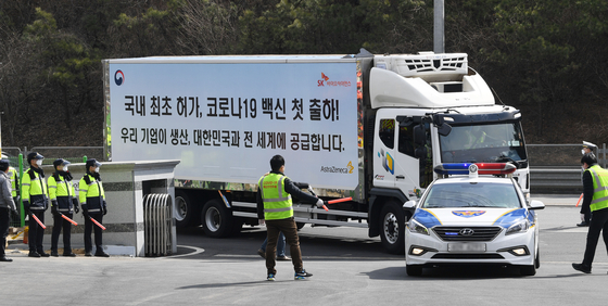 A truck carrying the first batch of AstraZeneca vaccines arrives at a logistics center in Icheon, Gyeonggi, accompanied by a police and military motorcade Wednesday afternoon after departing from a factory in Andong, North Gyeongsang. [NEWS1]